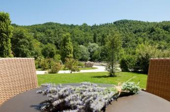 Esterni-tavolo-in-giardino-1030x683